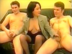 Elle se fait sodomiser par 2 mecs