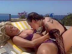 un poco de lesbianismo en la piscina