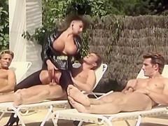 Sarah young baisée en collants par trois mecs