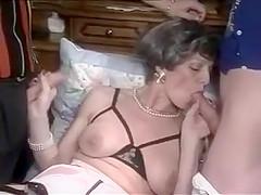 une mature allemande se fait baiser par 2 jeunot